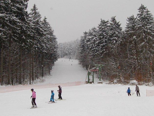 PŘIMDA JE POD SNĚHEM a provozovatelé i lyžaři si libují. Konečně je tolik sněhu, že je možné využít celý ski areál.
