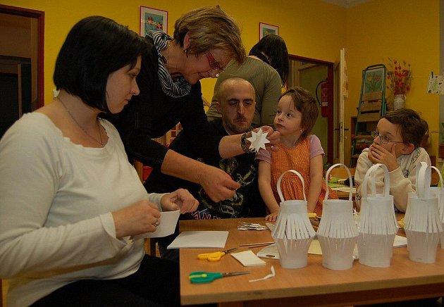 Při podvečerním adventním setkání tvořili rodiče s dětmi vánoční dekorace.