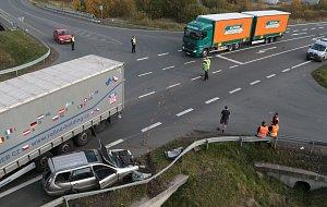 Nehoda kamionu a osobního vozu na průtahu Planou