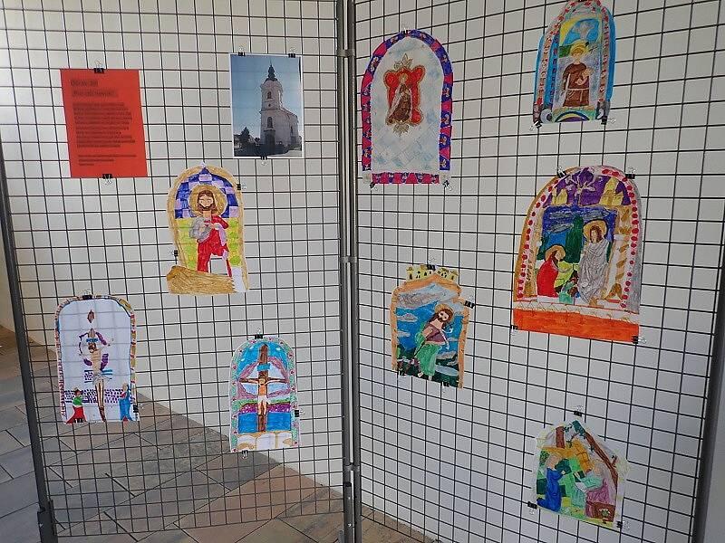 Zajímavé výtvarné práce žáků 6. třídy zdobí přízemí Městského úřadu v Černošíně. Tématem byl tamní kostel sv. Jiří.