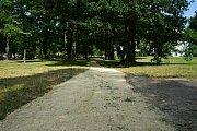 Zástupci města nechali zpevnit vyšlapané cestičky v tachovském zámeckém parku.