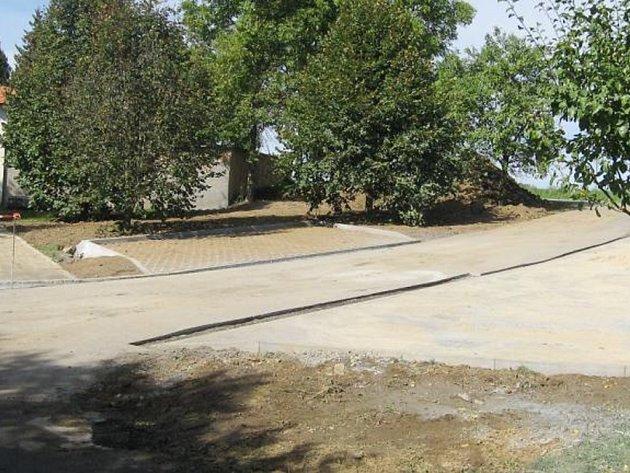 NOVOTOU září na hřbitově ve Svojšíně nejen ústřední cesta, ale nová jsou také parkovací místa před branou hřbitova.