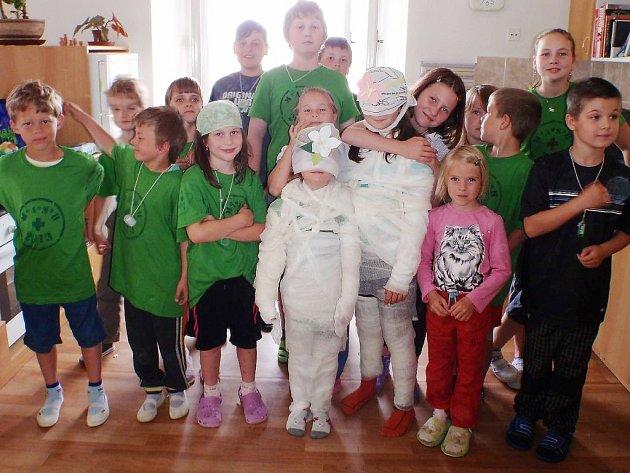 SOUTĚŽ MISS MUMIE. Zavázaní do obvazů soutěžili táborníci o nejlepší mumii.