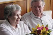 Zlatou svatbu slaví Antonie a Leonid Truksovi z Tachova. Brali se přesně 28. března 1959 v Tachově