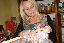 V obchodě Jaroslavy Průchové se postupně kupí rukodělné pomůcky pro nemocné děti.