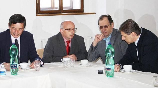 SENÁTOŘI MEZI STAROSTY. Zleva senátor Miroslav Nenutil, starosta Halže František Čurka, starosta Chodové Plané Ctirad Hirš a senátor Jan Horník.