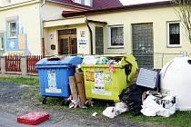 ZATÍM MARNĚ bojuje školka v ulici Prokopa Velikého v Tachově s nepořádkem kolem kontejnerů na odpad. Nepořádek tak zatím hyzdí okolí mateřinky.