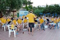 Dechový orchestr Tachov hraje v Řecku.