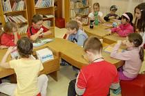 Děti prožívají páteční noc mezi svými oblíbenými knihami
