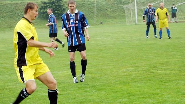 Fotbalového turnaje se v Dlouhém Újezdě zúčastnili také policisté z Domažlic (v modrém) a profesionální hasiči z Tachova
