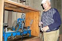 O věžní hodiny na kostele v Černošíně se již čtyřicet let stará Jan Filipčík. Teď má ale obavy, kdo jednou tuto starost po něm převezme.
