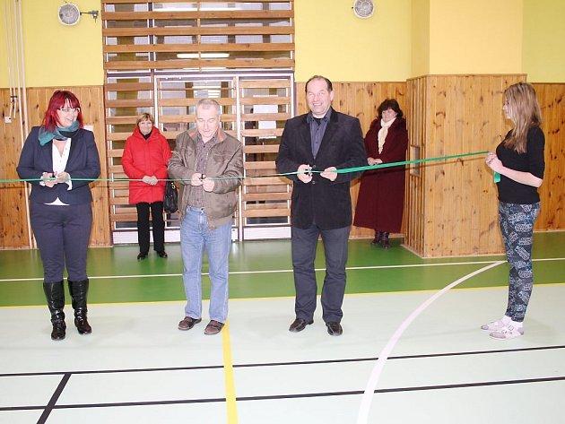O přestřižení pásky se postarali (zleva) starostka obce Jitka Valíčková, ředitel školy Miloš Jíleček a náměstek hejtmana Plzeňského kraje Jiří Struček.