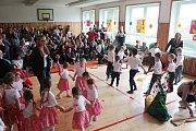 Pásmo písní, tanců i říkánek na lidové motivy vítání jara představily děti ze školy a mateřinky v Halži
