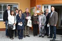 Setkání pracovníků místních akčních skupin z Česka a Německa před obecním úřadem v Tisové.