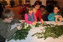 Pod odborným vedením si mohli zájemci, kteří přišli ve čtvrtek odpoledne a večer do Hodovní síně borského zámku, vyrobit různé vánoční dekorace.