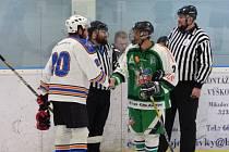 Hokejisty obou okresních týmů ve skupině C krajské soutěže čeká předposlední kolo. Vlevo Martin Velich z Jiskry Bezdružice, vpravo Peter Böttcher z HC Stříbro 06.