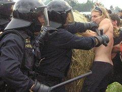 Proti účastníkům CzechTeku zasáhli policejní těžkooděnci.