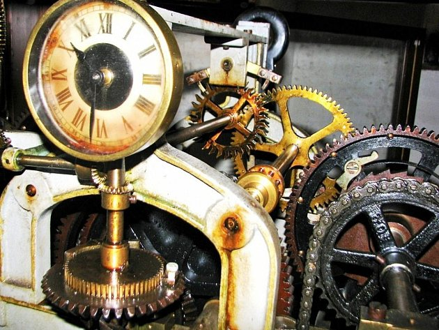 Přes sto let starý hodinový stroj ve věži kostela v Boru.