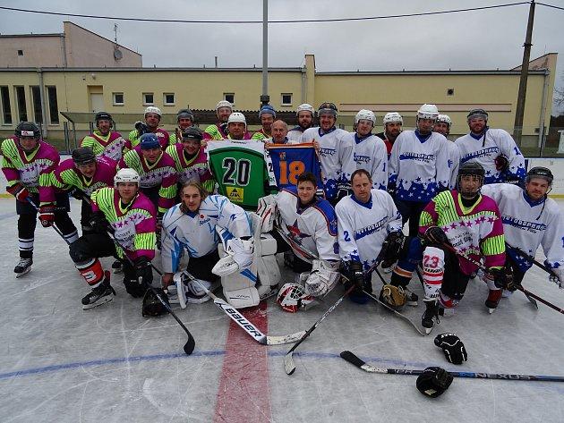 HOKEJISTÉ Bezdružic (v modrobílé kombinaci) a HC Stříbro 06 sehráli na Štědrý den přátelský zápas.