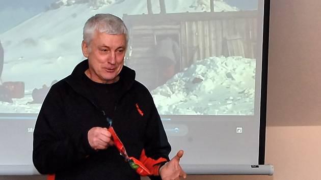 POLARNÍ CESTOVATEL Miroslav Jakeš přicestoval poprvé i do Plané. Divákům přiblížil život průvodce a cestovatele prostřednictvím filmových dokumentů a vyprávění. Na snímku ukazuje balíčky speciální stravy, kterou používá při náročných výpravách.