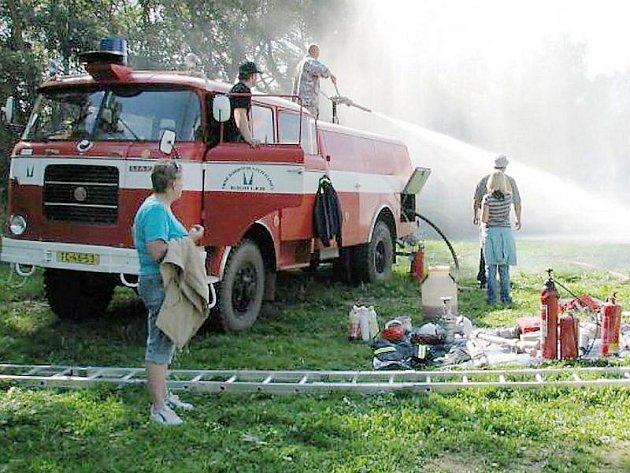Již třetí ročník Újezdského kolečka pořádali letos Újezdští dobrovolní hasiči. Návštěvníci si zde měli možnost vyzkoušet stříkat vodním dělem a seznámit se s prací dobrovolných hasičů.