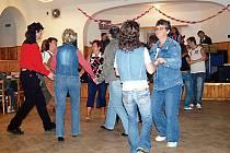 Hity domažlické kapely Country Dědows dokázaly dostat řadu návštěvníků na taneční parket.