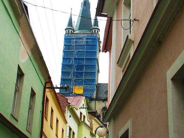 Kostel se po částech renovuje už několik let. Lešení zakrývá celou jižní část. Ta se ale celá opravovat nebude.