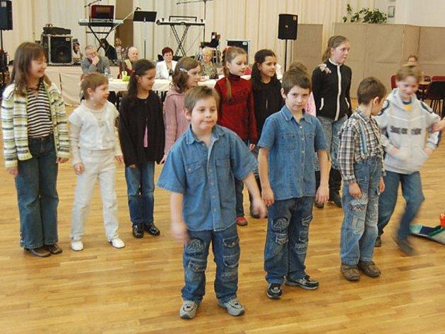 ŘEDITELKA LOMSKÉ školy Jana Urbanová se svými svěřenci vystoupila na schůzi Svazu tělesně postižených v Tachově.