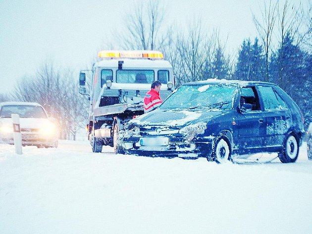 SKLOUZL SE ZE STRÁNĚ. Sníh a kluzká silnice byly příčinou této dopravní nehody, která se stala ve čtvrtek ráno nedaleko Nahého Újezdce. Vozidlo ze závějí vyprostila odtahová služba.