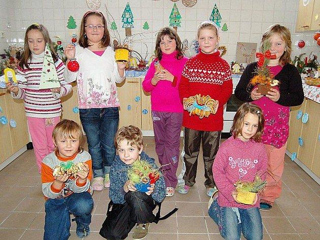 ŽÁCI VYRÁBĚLI OZDOBY. Děti z 2.A předvádějí vlastnoručně zhotovené předměty, které nabízejí na Vánočním jarmarku.