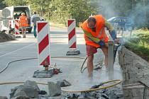 Už dva týdny provádí stavební firma opravy mostu přes řeku Mži v Kočově.