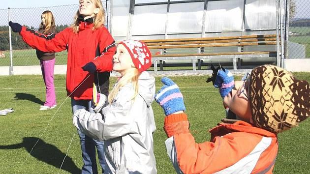 V Kostelci uspořádali v sobotu odpoledne na místním fotbalovém hřišti Drakiádu.