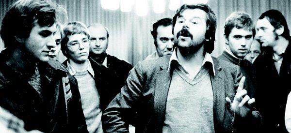 Nedílnou součástí života šachistů jsou simultánky. Na jednu znich přijel vroce 1981do Tachova český velmistr Vlastimil Hort (uprostřed svousy).