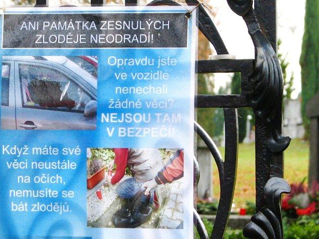 Policie upozorňuje návštěvníky hřbitova v Tachově, že ani svátek zesnulých není pro zloděje důvodem nekrást.