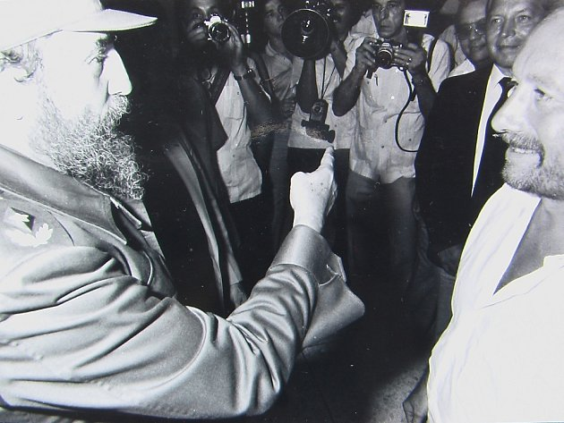 PŘI SETKÁNÍ S POROTCI A FILMAŘI vyprávěl kubánský prezident také, jak na něj jako potápěče chtěli spáchat atentát jedem napuštěným v potápěčském obleku. Snímek poskytl František Soukup (na fotografii druhý zprava).