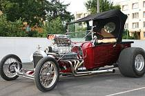 Nadupaný Ford T Bucket Roadster pocházející z roku 1923, jehož upravený motor dává výkon 550 koní.