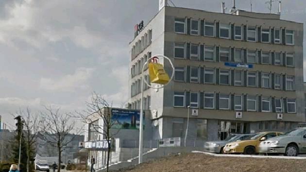 Takto Steet View vůz nasnímal budovu, kde sídlí redakce Tachovského deniku.