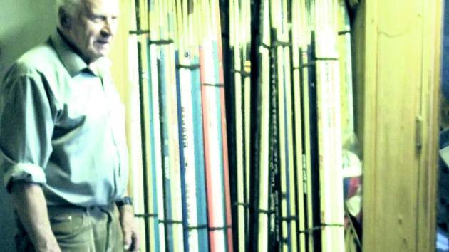 ALOIS PODOLKA s částí své sbírky, která čítá několik set hokejek a puků.