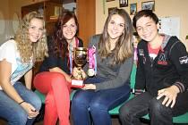 ČTVEŘICE stříbrských studentů s pohárem, který dostali za svůj projekt. Zleva Hana Bártová, Šárka Pomyjová, Kateřina Osmiková a Dan Sůva.