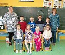 Žáci 1. třídy Základní školy Halže s třídní učitelkou Jarmilou Kočandrlovou a asistentkou pedagoga  Blankou Polanskou.