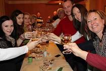 LETOS PRVNÍ SPOLEČNÉ setkání se uskutečnilo v sobotu, a tak přípitek s přáním všeho dobrého v novém roce byl na místě.