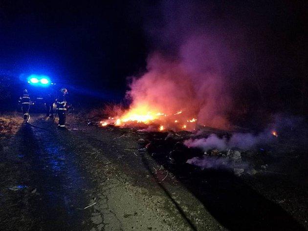 Hasiči během neděle zasahovali upožáru černé skládky a dopravní nehody.