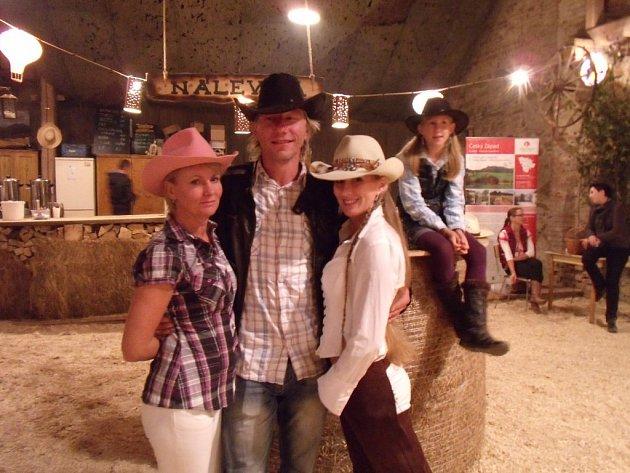 Koňského bálu ve Dvoře Krasíkov se zúčastnili také (zleva) Jana Babická, Tomáš Kříž, Gabriela Černá.