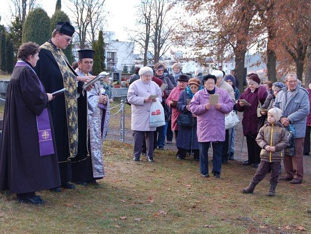 Faráři tří církví, římskokatolické, pravoslavné a husitské, sloužili v pátek odpoledne u hlavního kříže na tachovském hřbitově dušičkovou pobožnost za zemřelé.