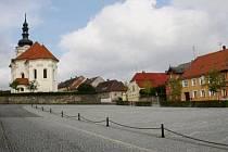 NÁMĚSTÍ V ČERNOŠÍNĚ je čisté a upravené. Dlažba a zeleň prodělala úpravy v posledních letech, na náměstí bylo otevřeno také malé regionální muzeum.