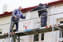 ZÁKLADNÍ ŠKOLA v Černošíně zažila velkou rekonstrukci za deset milionů korun v loňském roce.  Kromě jiného byl objekt zateplen. Nyní o prázdninách tamní radnice investuje jeden a půl milionu korun do oprav mateřské školy.