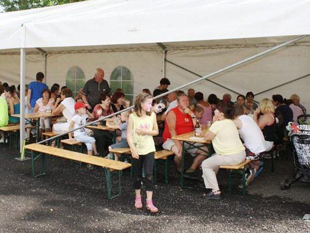 OBYVATELÉ a návštěvníci Ctiboře slavili výročí obce na hřišti, kde si mohli posedět pod stanem a poslouchat různá hudební vystoupení, případně se občerstvit.