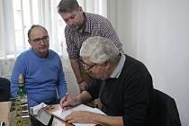 Bývalý československý fotbalový reprezentant Karol Dobiaš (vpravo) bude při besedě v Plané stejně jako v Zadním Chodově podepisovat svoji knihu.