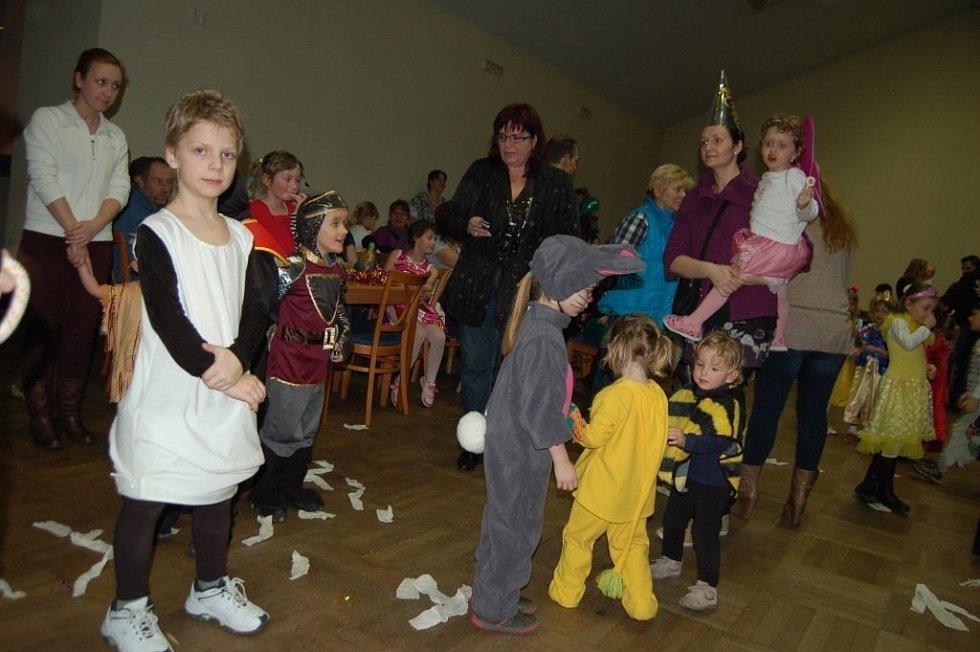 Kladrubský kulturní dům byl v sobotu odpoledne obsazen maskami.