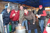 Štamgasti tachovské restaurace rozdávali na náměstí gulášovou polévku.